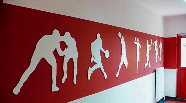 Découpe de silhouettes dans du PVC blanc - Signalétique intérieure et décoration Paris étiq