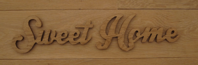 Prédécoupe de lettres dans une planche de bois - Signalétique intérieure et décoration Paris étiq